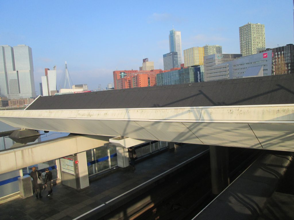 Dakmetro met skyline Rotterdam